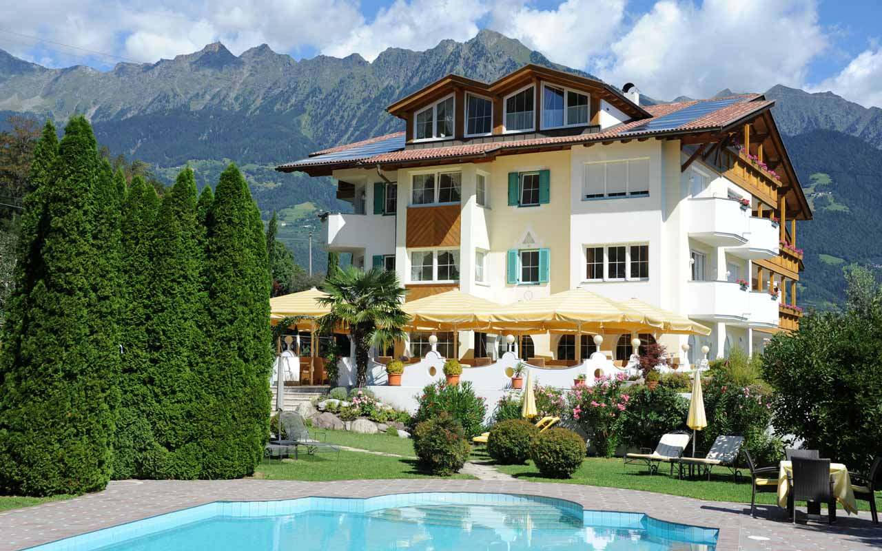 Hotel Kristall in summer time: view of the swimming pool