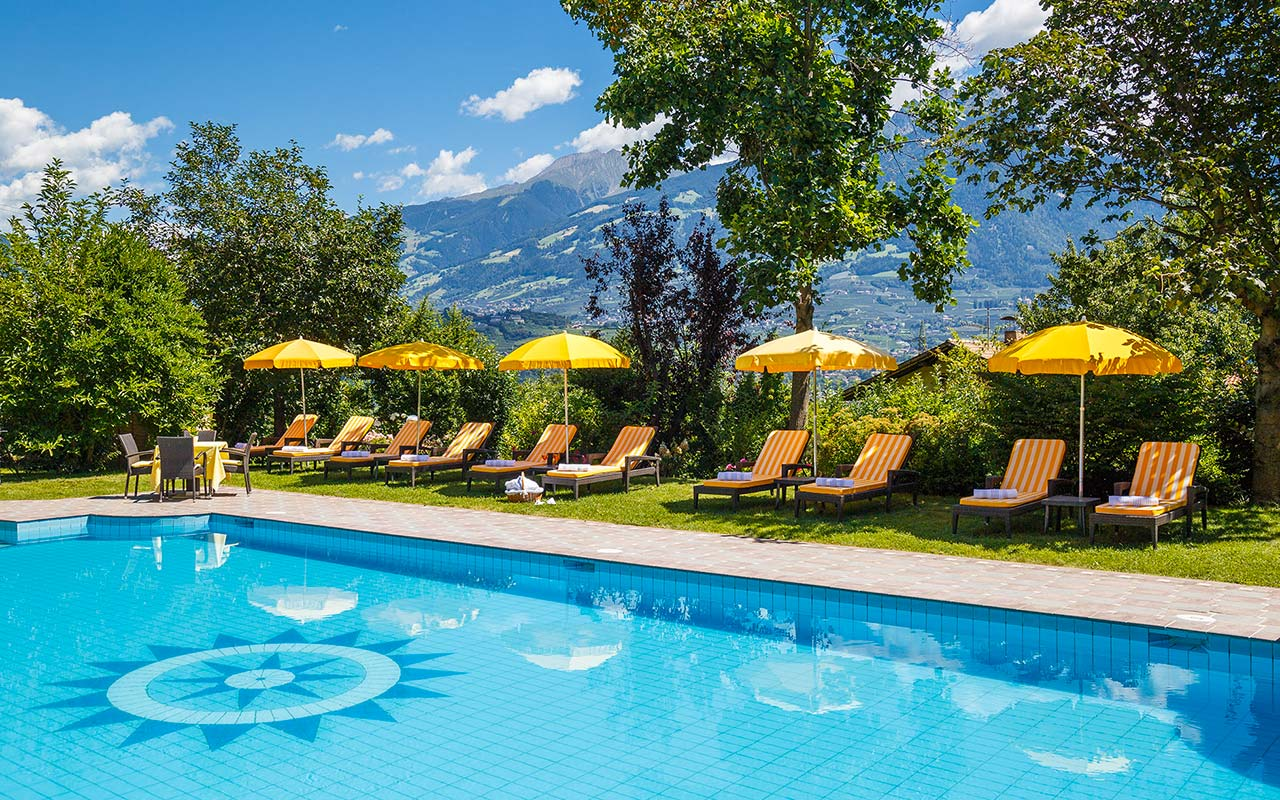 Outdoor-Pool des Hotels Kristall in Marling an einem Sonnentag